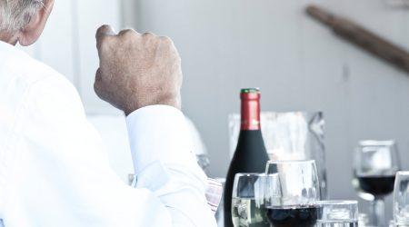 Mand drikker vin